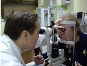 Dr_Cervera_explorando_ojo