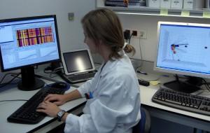 Investigadora_de_la_Fundacion_con_sistema_de_analisis_genomico