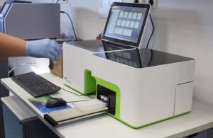 2016 02 16 Maquina de biopsia liquida tecnico lab2