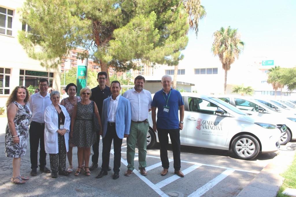 Rafael Sotoca, gerente del hospital y alcaldes junto a la flota de coches